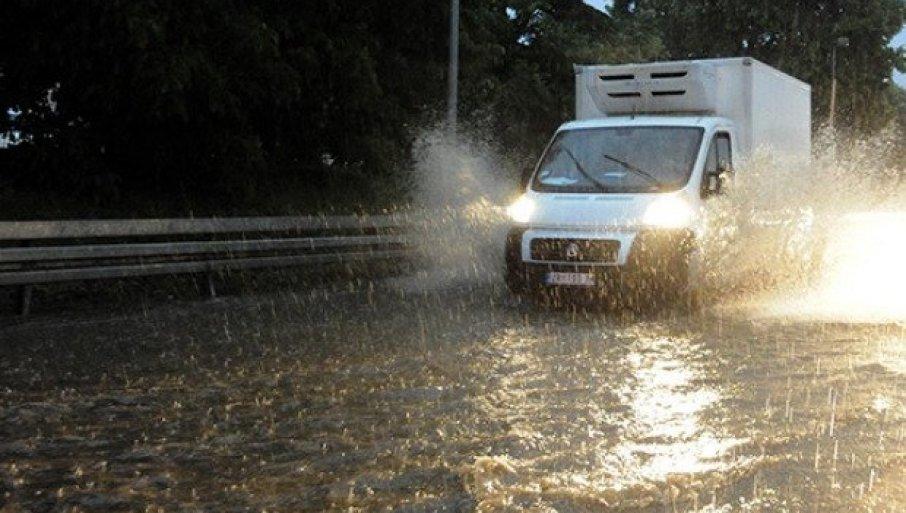 AMSS UPUTIO APEL VOZAČIMA: Kiša usporava saobraćaj, na pojedinim deonicama moguć i sneg