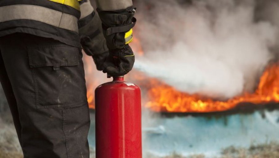 POŽAR KOD PALATE SRBIJA: Vatrogasci i policajci se bore sa vatrom - sumnja se na sveću u improvizovanoj sobi pod zemljom