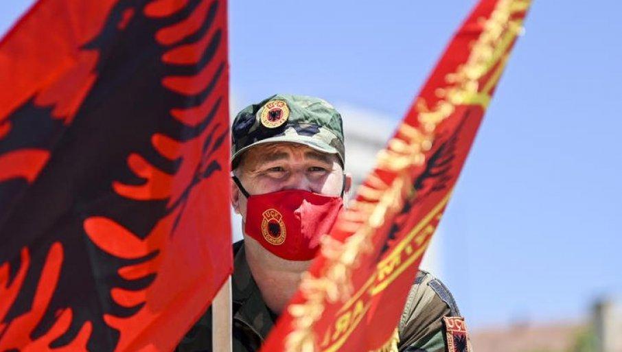 SKANDAL U PRIŠTINI: Albanci došli ispred kancelarije EU i postavili sramnu mapu (FOTO)