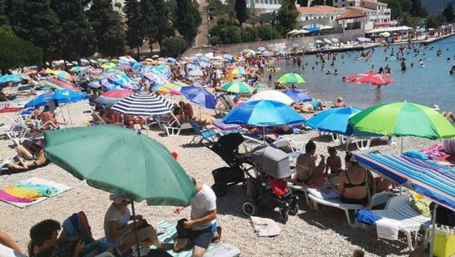 FOTOGRAFIJA IZ GRČKE RAZBESNELA SRBE! Poruka na plaži koja je izazvala buru, evo šta se krije iza svega (FOTO)