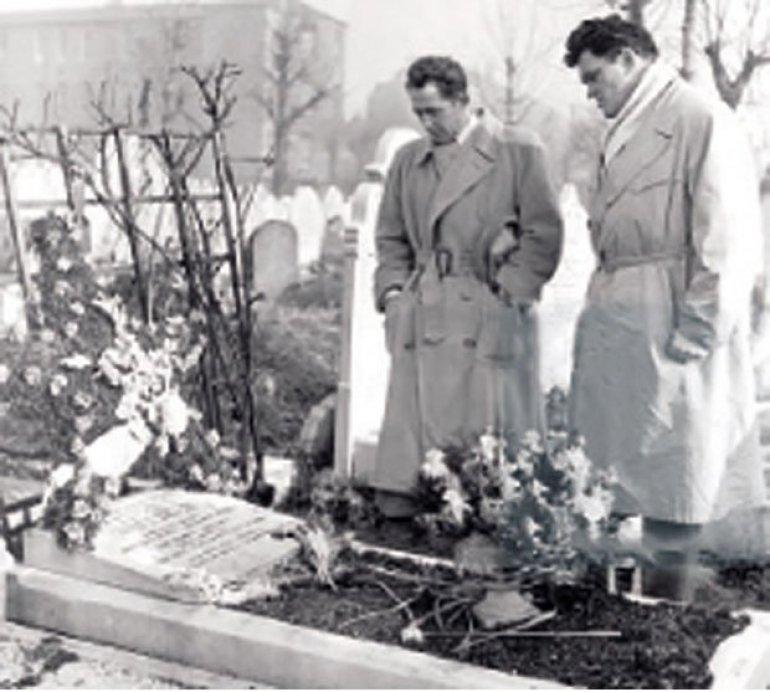 ИДОЛОПОКЛОНСТВО Милован Ђилас и Владимир Дедијер на Марксовом гробу, Фото архива
