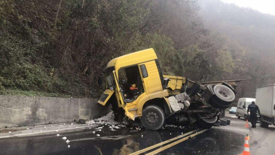 PRVE FOTOGRAFIJE NESREĆE KOD ČAČKA: Ulje i kreč po putu, kamion je potpuno uništen (FOTO)