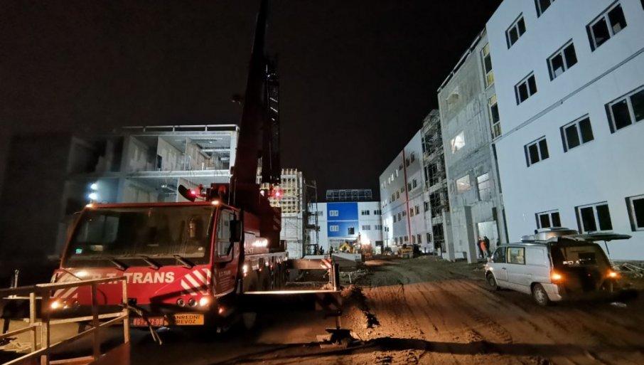 """(UŽIVO) OČEKUJE SE DOLAZAK VUČIĆA: Pogledajte šta se upravo dešava ispred KOVID bolnice u kasarni """"Rasina"""" u Kruševcu (FOTO/VIDEO)"""