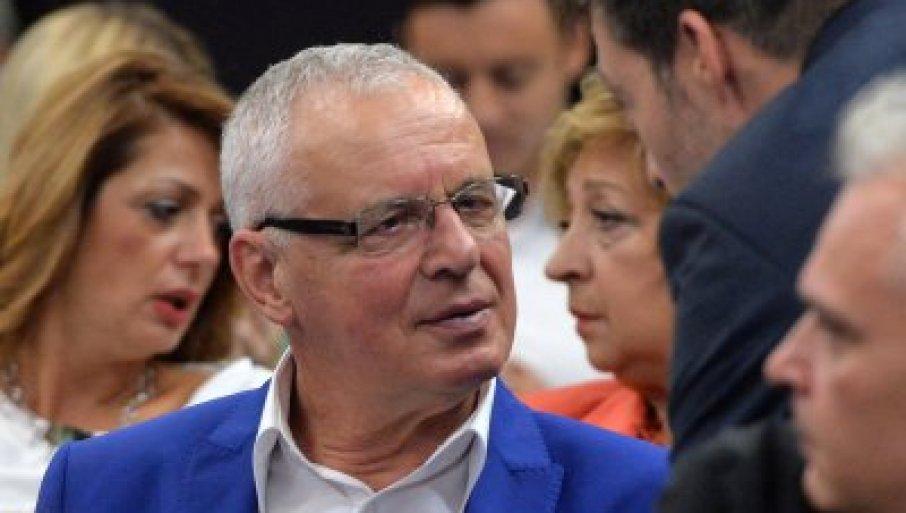 ВУЧИЋЕВ ОТАЦ СЕ БОРИ ЗА ЖИВОТ: Председник загрљен са братом Андрејем чека вести о оцу