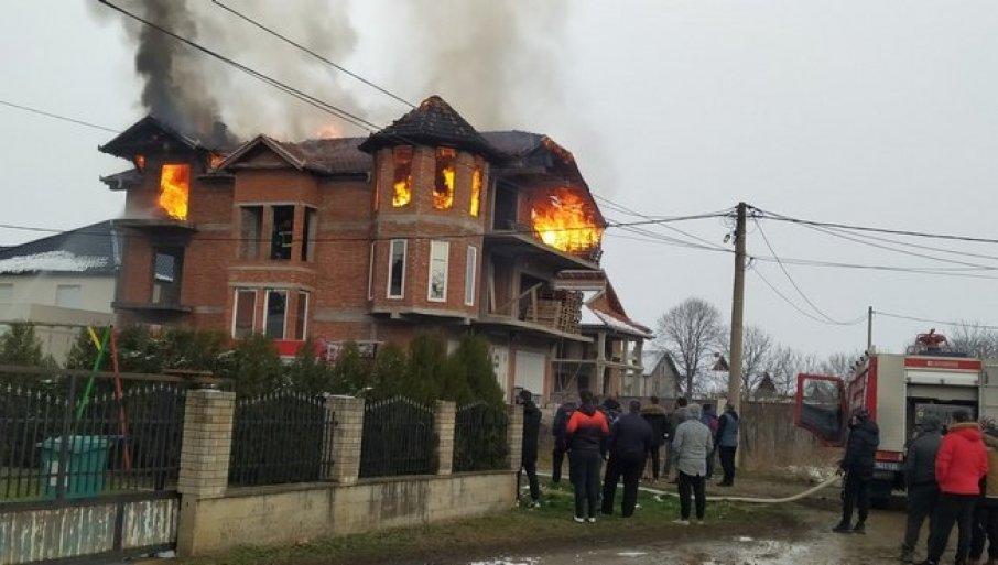 U VATRENOJ STIHIJI NEMA POVREĐENIH: Izgoreo krovni deo kuće u leskovačkom naselju Slavko Zlatanović