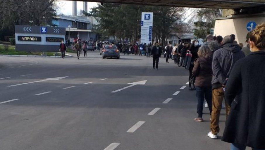 NAVALA ZA VAKCINACIJU: Red na Beogradskom sajmu do rampe, građani strpljivo čekaju  na imunizaciju (FOTO)