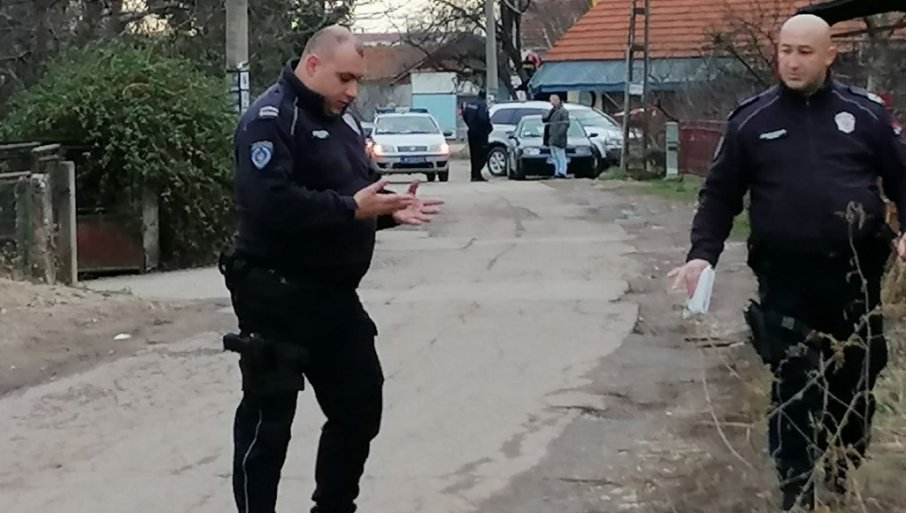 """DRAMATIČNO PRED ZGRADOM NIŠKE POLICIJE: Uhapšen dvojac, u blizini džip """"porše"""" aleksinačkih tablica"""