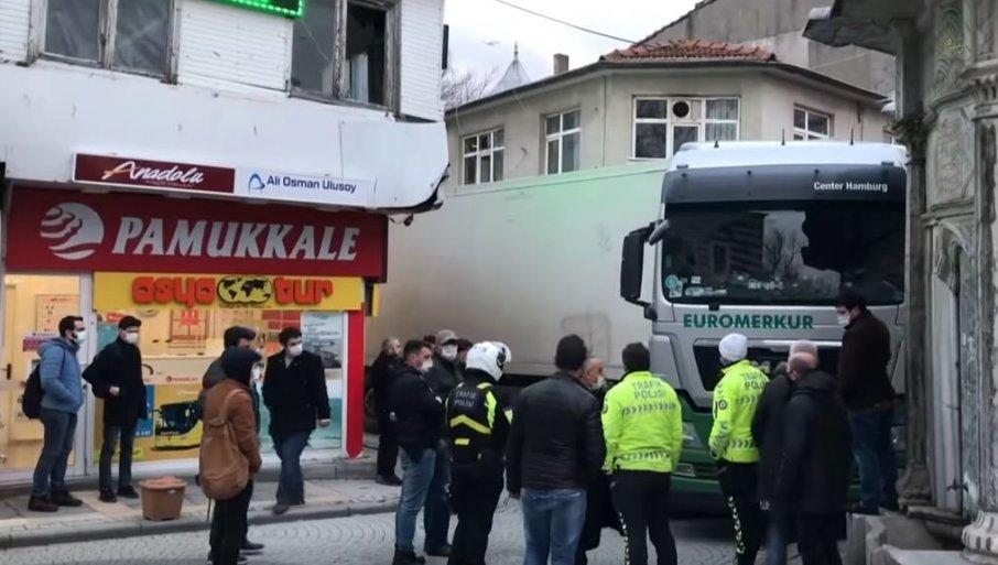 SRPSKI KAMIONDŽIJA NAPRAVIO HAOS U ISTANBULU: Zaglavio se u uskoj ulici - morali da ga izvlače kranom (VIDEO)