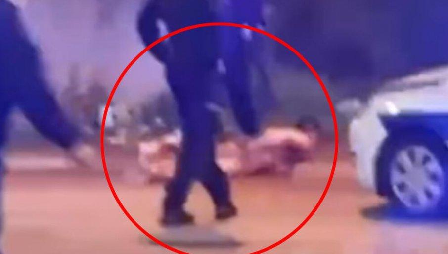 OBNAŽENI MLADIĆ POKUŠAO DA POJEDE ŽIVOG PSA U SURČINU: Policija hitno reagovala - društvene mreže gore (UZNEMIRUJUĆI VIDEO)