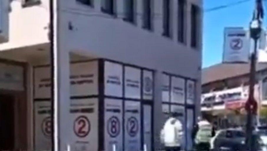 """UZNEMIRUJUĆI SNIMAK IZ NOVOG PAZARA: Muškarac usred dana sa nožem u ruci preti Srbima - """"Alahu akber, klaću vas!"""" (VIDEO)"""