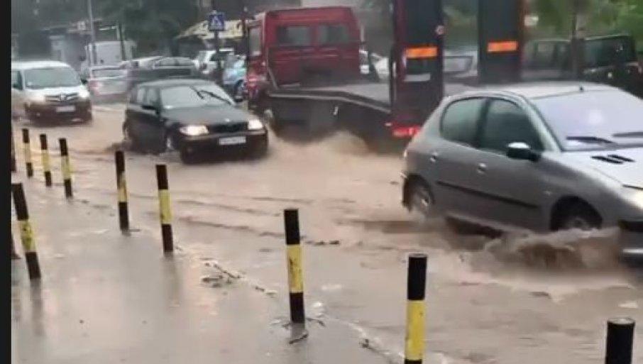 POTOP U BEOGRADU: Automobili plivaju na Zvezdari, kiša lije kao iz kabla, čuju se udari groma (FOTO)