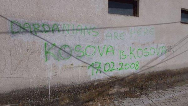 """НОВА ПРОВОКАЦИЈА: На кући у Ораховцу графит """"Велика Албанија"""""""