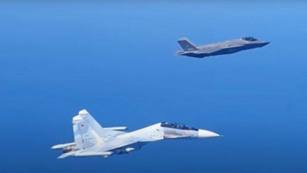 F-35 BAISE LA QUEUE DEVANT LE SU-30 : le meilleur avion de l'OTAN intercepte un bombardier russe au-dessus de la Baltique, puis un chasseur russe apparaît
