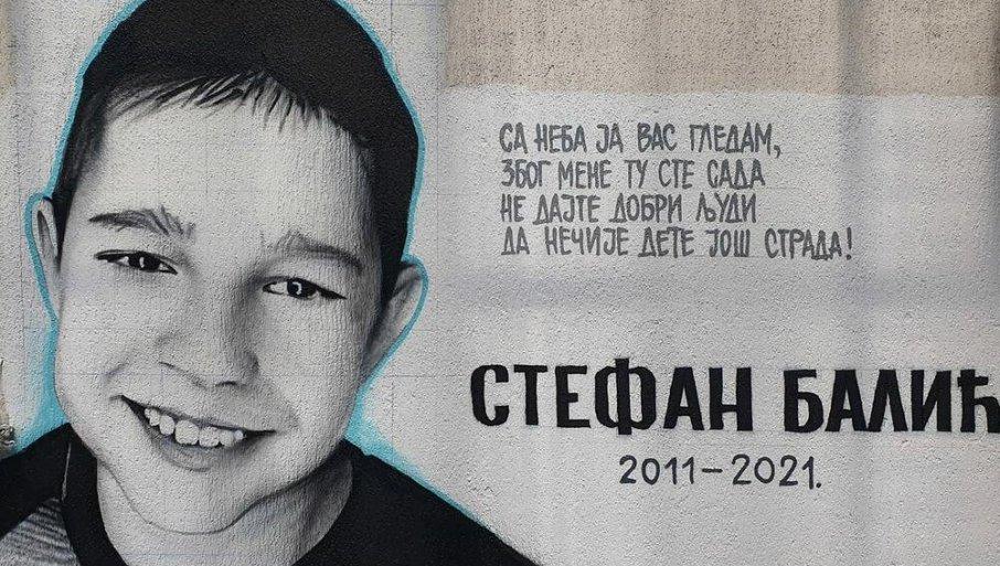 """TRAGIČNO STRADALI STEFAN (9) DOBIO MURAL: Stihovi pored dečakove slike slamaju srce - """"Sa neba vas gledam..."""""""