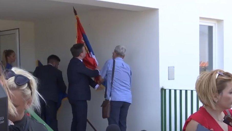 SRPSKA ZASTAVA NE SME DA BUDE DOLE: Ministar Selaković prekinuo obraćanje da bi vratio državno obeležje na mesto (VIDEO)