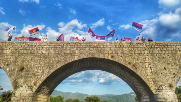 ЦАРЕВ МОСТ У БОЈАМА СРПСКЕ ЗАСТАВЕ: Дивне сцене у Никшићу, ори се Весели се српски роде
