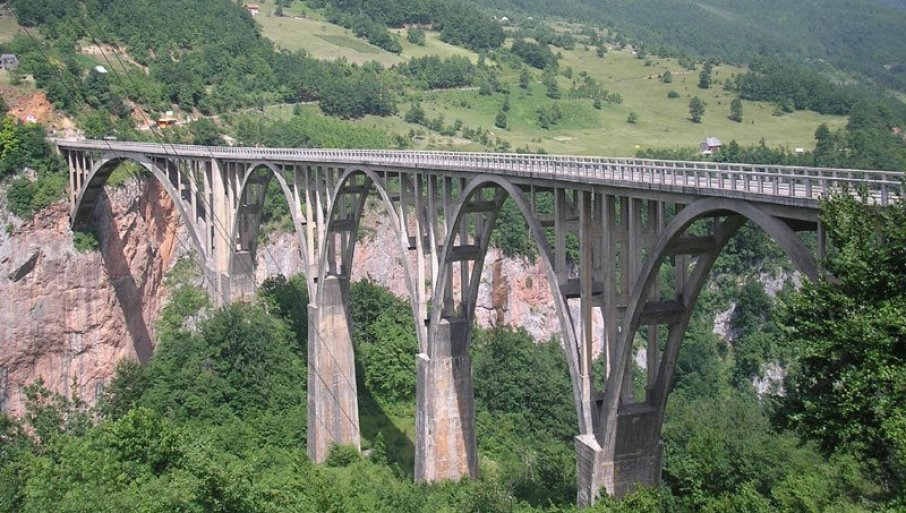 DRVENA SKELA KAO PODUHVAT BEZ PREMCA: Veliki građevinski podvig prilikom izgradnje mosta na Tari pre 80 godina sačuvan i u knjizi
