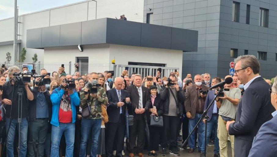 """(UŽIVO) HILJADE LJUDI DOČEKALO VUČIĆA: Predsednik na otvaranju švajcarske fabrike """"Regent"""" u Svilajncu - Posao za 130 radnika (VIDEO)"""