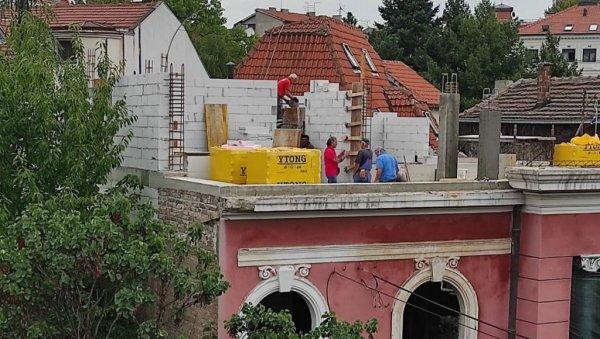 GEBÄUDEBODEN MIT GENEHMIGUNG FÜR DACHSANIERUNG: Obwohl Teil des Naturschutzgebietes Krunski venac ist die alte Villa in Topolska 19 ein weiteres Opfer von Investoren