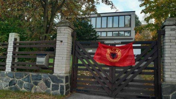 ΠΡΟΒΟΚΑ: Άγνωστοι δράστες τοποθέτησαν τη σημαία του τρομοκρατικού UCK στο κτίριο της Σερβικής Πρεσβείας