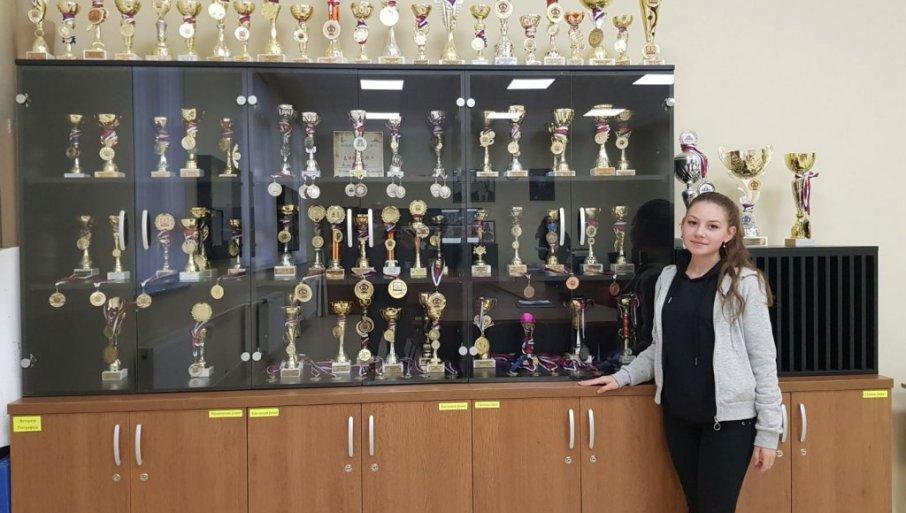 BALKANSKI ŠAMPION U ŠAHU SA 16 GODINA: U školskoj vitrini 200 pehara Vlasotinačke Anđele Dinić (FOTO)
