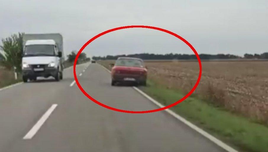 NOVI SNIMAK BAHATE VOŽNJE U SRBIJI: Vozilom prelazi u suprotnu traku pa silazi s puta, ostali vozači uplašeni (VIDEO)