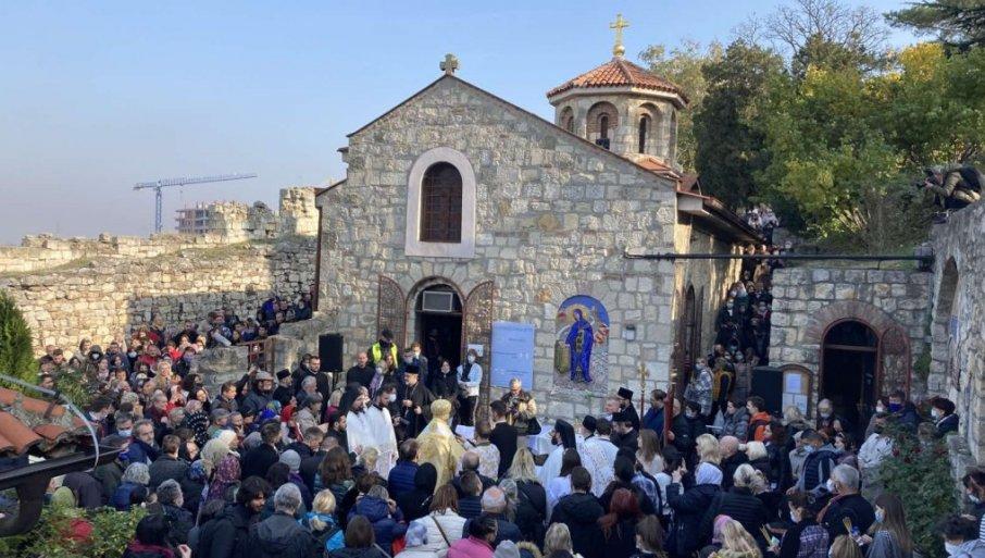 REKA VERNIKA NA KALEMEGDANU: Brojni građani se okupili kako bi ušli u crkvu Svete Petke (VIDEO)