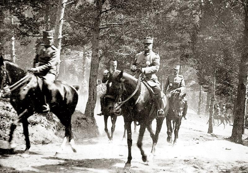 Генерал Петар Бојовић прати престолонаследника Александра Карађорђевића на Јелаку, 1918. године