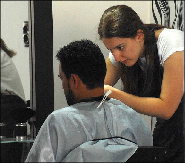 Фризерски и козметички салони у околини Железничке станице брзо су прилагодили цене и услуге избеглицама, Фото П. Митић