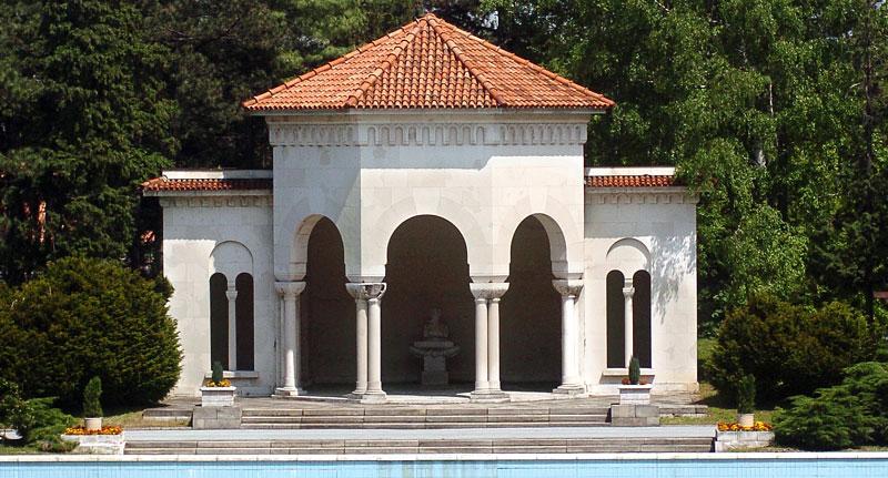 Мештровићева скулптура у оквиру дворског комплекса на Дедињу