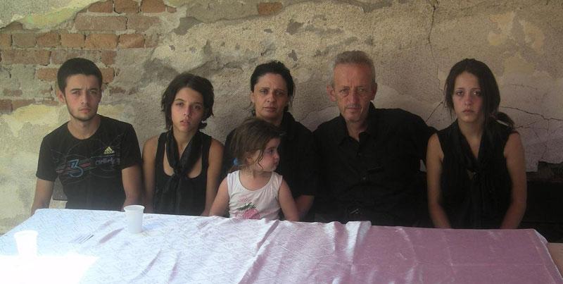 Салих и Саранда Тољај са децом (слева надесно): Денис, Анита, мала Тијана и Дајана