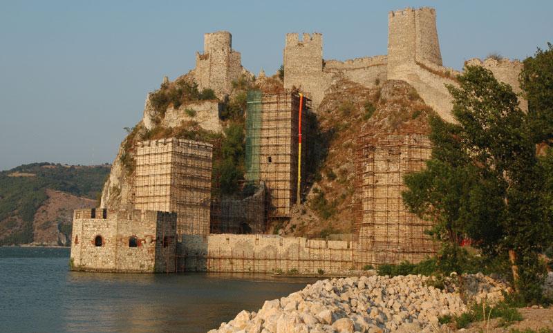 Радови на тврђави из 14. веке требало да крену од горњих кула, што извођач није испоштовао