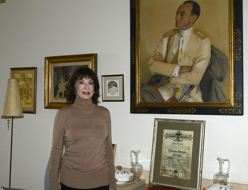Принцеза Јелисавета поред портрета свог оца кнеза Павла