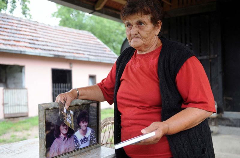 Славка Матић крај фотографија својих ћерки / Фото Игор Маринковић