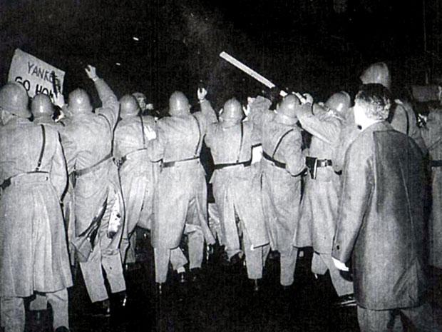 Пред нову 1967. Кнез Михаилова улицу у Београду, поред лампиона, била је украшена милицијом, коњима и ватрогасним колима