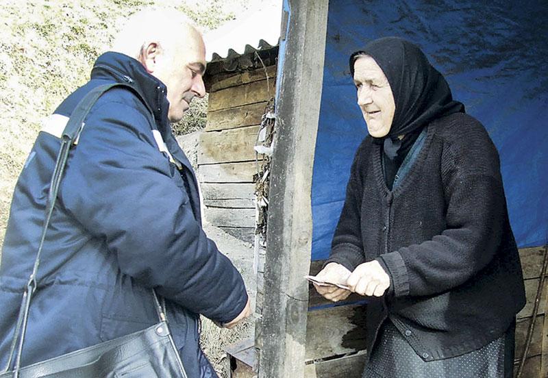 Кад им донесе писмо, старци се обрадују као да им је дошао неко најмилији