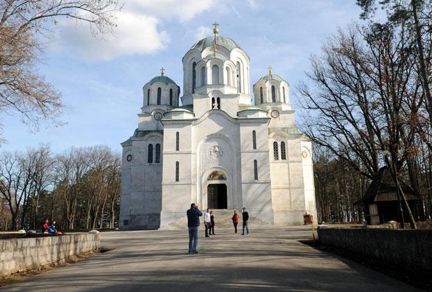 МАУЗОЛЕЈ Срква Светог Ђорђа на Опленцу где почива Вожд