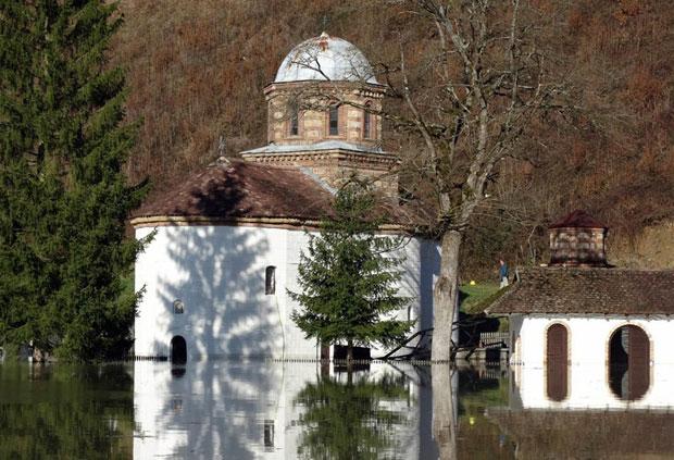 Језерска вода већ је ушла до половине храма