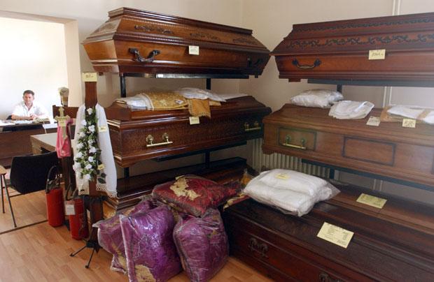 Због високих цена, погребну опрему многи плаћају на рате