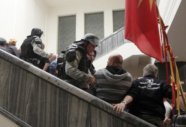 ХАОС У СКОПЉУ: Шок бомбе пред Собрањем, повређено неколико посланика (фото, видео)