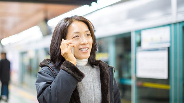LEKARI UPOZORAVAJU: Žena držala mobilni 20 sati u ruci, doktori joj jedva spasili život