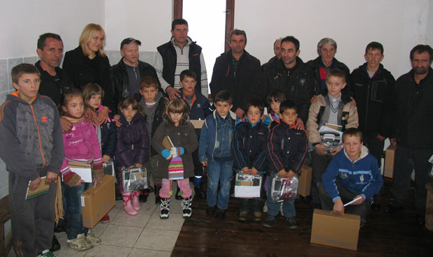 Велички ђаци са учитељем и родитељима након уручења првих рачунара  / Фото Клуб Велика