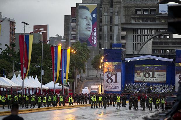 ПОКУШАЈ АТЕНТАТА: Напад на Мадура дроновима, рањено седам војника (фото, видео)