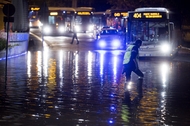 Jako nevreme u Italiji: Grad obeleo ulice Rima, višemilionska šteta