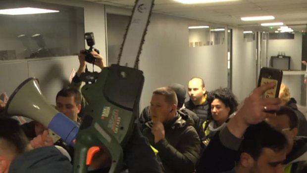 Kaos në Beograd   Policia nxjerr protestuesit me forcë nga ndërtesa e televizionit RTS