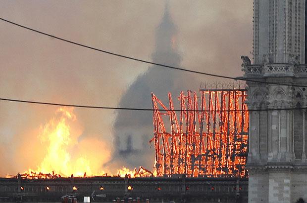 Vatra guta katedralu Notr Dam: Požar ne jenjava, pao centralni toranj