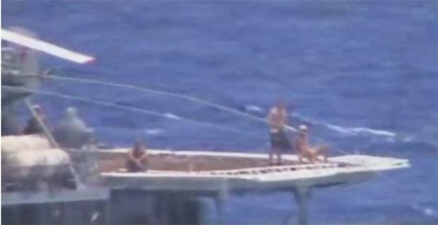 Ruski Mornari Se Suncaju Dok Americka Krstarica Koci Video