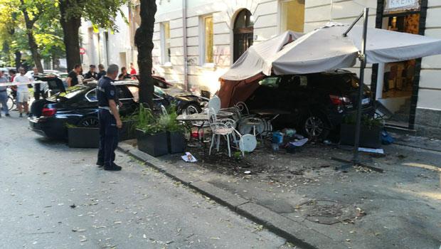 Haos u centru Beograda: Auto uleteo u kafić i pokosio ljude, četvoro povređenih, među njima i dete.