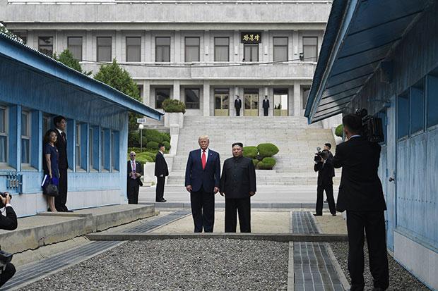 Трамп и Ким се руковали затим неколико корака ушли на територију Северне Кореје 2