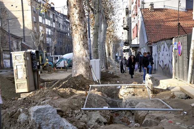 Krateri Duboki Dva Metra U Centru Beograda Pesaci Idu Posred